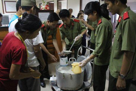 Hoc vien Chinh tri CAND mang 'noi chao tinh thuong' vao benh vien - Anh 1
