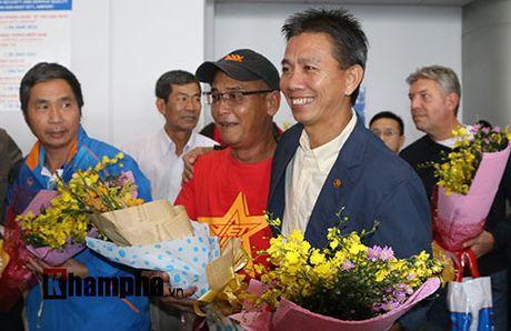 Fan nu xinh theo chan U19 Viet Nam ve khach san - Anh 1