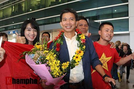Fan nu xinh theo chan U19 Viet Nam ve khach san - Anh 2