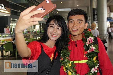 Fan nu xinh theo chan U19 Viet Nam ve khach san - Anh 4