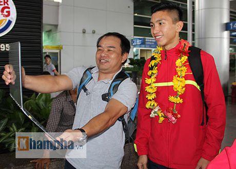 Fan nu xinh theo chan U19 Viet Nam ve khach san - Anh 5