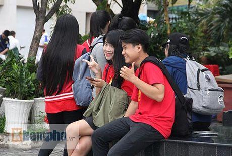 Fan nu xinh theo chan U19 Viet Nam ve khach san - Anh 7