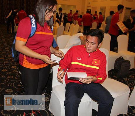Fan nu xinh theo chan U19 Viet Nam ve khach san - Anh 9