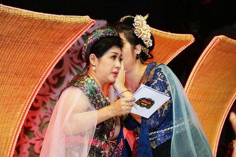 "Mac tinh ban 33 nam, Minh Nhi van ""chat chem"" Hong Van - Anh 8"