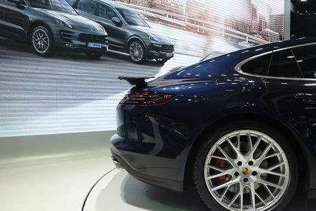 Porsche Panamera Turbo noi bat giua 'san choi' xe nhap - Anh 3