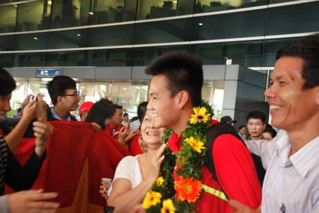 U.19 Viet Nam ve nuoc trong co, hoa va 'mua tien thuong' - Anh 12