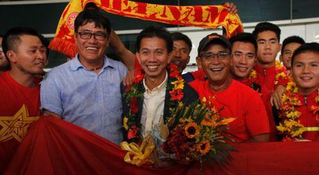U.19 Viet Nam ve nuoc trong co, hoa va 'mua tien thuong' - Anh 1