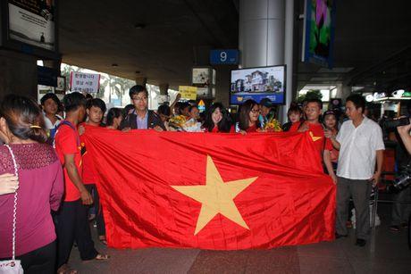 U.19 Viet Nam ve nuoc trong co, hoa va 'mua tien thuong' - Anh 2