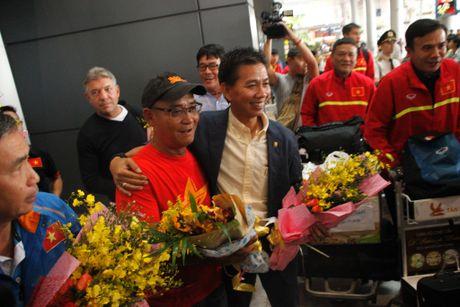 U.19 Viet Nam ve nuoc trong co, hoa va 'mua tien thuong' - Anh 4