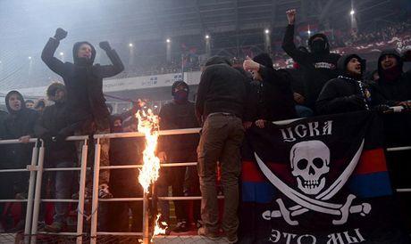 Tran derby Moscow tan nat vi bao dong tren khan dai - Anh 6