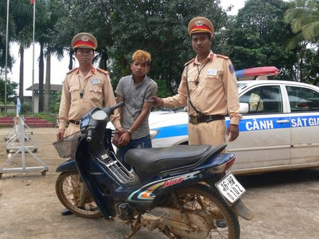 Dak Nong: Bat giu doi tuong trom cap xe may su dung hung khi - Anh 1