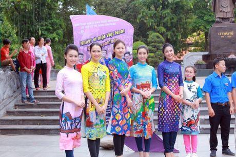 Dan Hoa hau, A hau cung nhay flashmob gay 'nao loan' Ho Guom sang som - Anh 10
