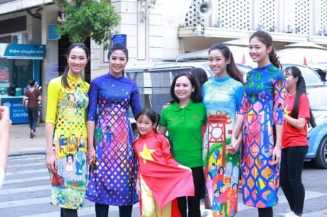 Dan Hoa hau, A hau cung nhay flashmob gay 'nao loan' Ho Guom sang som - Anh 1