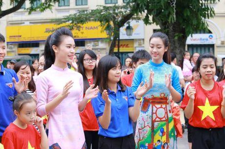 Dan Hoa hau, A hau cung nhay flashmob gay 'nao loan' Ho Guom sang som - Anh 2