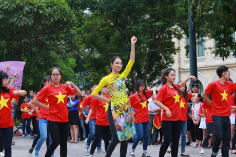 Dan Hoa hau, A hau cung nhay flashmob gay 'nao loan' Ho Guom sang som - Anh 5