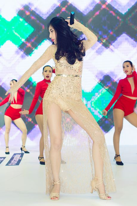 Thuy Tien, Dong Nhi dien voi jumpsuit goi cam - Anh 2