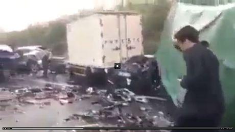 [video] Gan 50 oto tan nat tren cao toc sau tai nan lien hoan - Anh 1