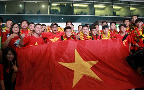 U19 Viet Nam duoc nguoi ham mo chao don nong nhiet trong ngay tro ve - Anh 10