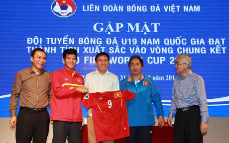 U19 Viet Nam duoc nguoi ham mo chao don nong nhiet trong ngay tro ve - Anh 12