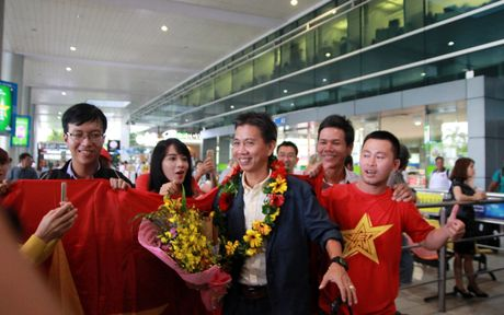 U19 Viet Nam duoc nguoi ham mo chao don nong nhiet trong ngay tro ve - Anh 2