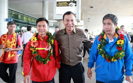 U19 Viet Nam duoc nguoi ham mo chao don nong nhiet trong ngay tro ve - Anh 6