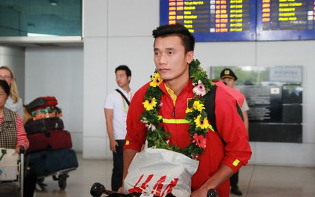 U19 Viet Nam duoc nguoi ham mo chao don nong nhiet trong ngay tro ve - Anh 7