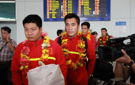 U19 Viet Nam duoc nguoi ham mo chao don nong nhiet trong ngay tro ve - Anh 8