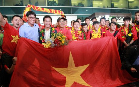 U19 Viet Nam duoc nguoi ham mo chao don nong nhiet trong ngay tro ve - Anh 9