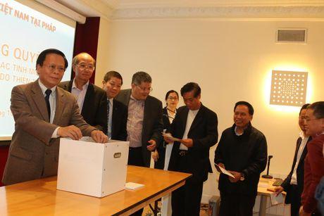 Dai su quan Viet Nam tai Phap quyen gop hon 1.900 euro cho mien Trung - Anh 2