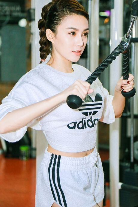 Chan dai Le Ha The Face lo anh tap gym cang nuot - Anh 1