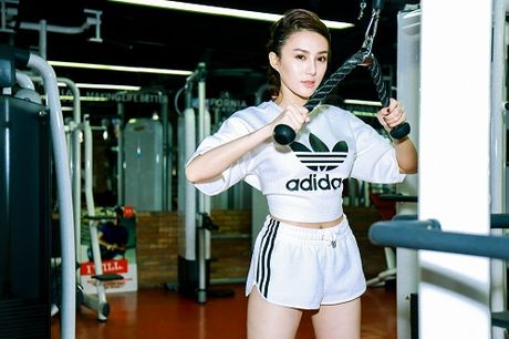 Chan dai Le Ha The Face lo anh tap gym cang nuot - Anh 2