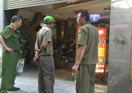 Nguoi phat ngon Cong an HN thong tin vu ban chet nguoi tai nha nghi - Anh 2