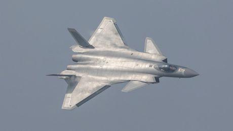 Trung Quoc lan dau trinh dien tiem kich tang hinh J-20 - Anh 1