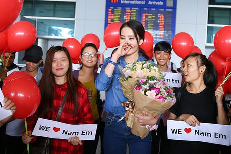 Nam Em rang ro ve nuoc sau khi lot Top 8 HH Trai dat - Anh 3