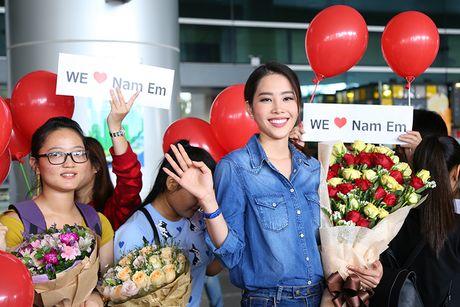 Nam Em rang ro ve nuoc sau khi lot Top 8 HH Trai dat - Anh 7