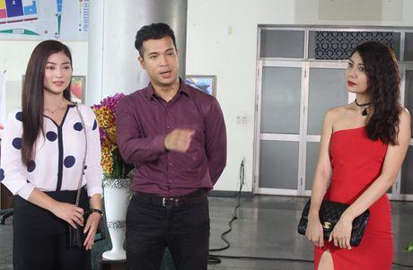 Truong The Vinh say dam hon Thanh Truc tren xe hoi - Anh 2