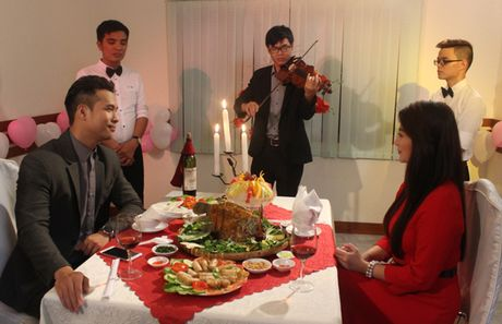 Truong The Vinh say dam hon Thanh Truc tren xe hoi - Anh 5
