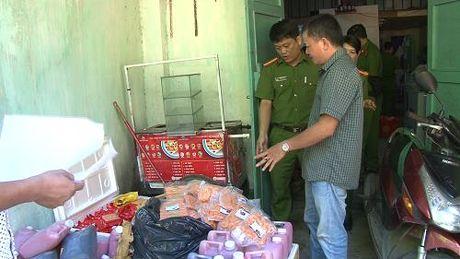 Bat giu lo thuc pham khong ro nguon ban cho hoc sinh truoc cong truong - Anh 1