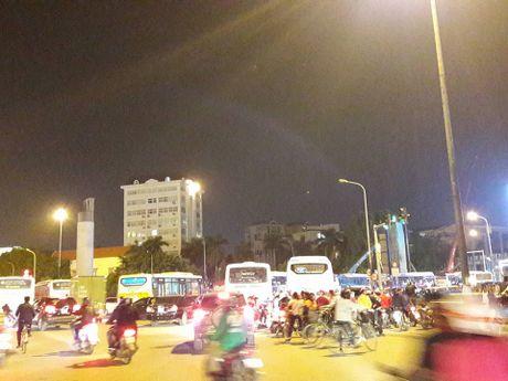 Ha Noi: Tac duong 'khung khiep' vi vu chay tren duong Tran Thai Tong - Anh 1