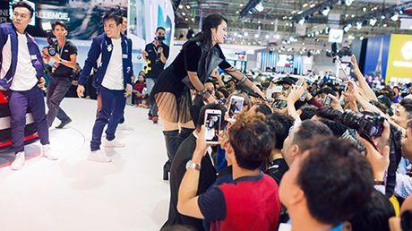 Chay bong man trinh dien cua ca si Dong Nhi tai VIMS 2016 - Anh 12