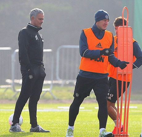 MU sa sut: Mourinho cau cuu Schweinsteiger, Mkhitaryan - Anh 11