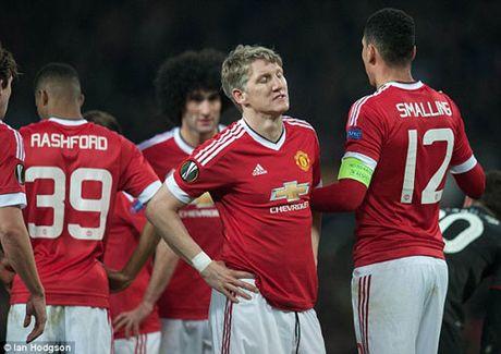 MU sa sut: Mourinho cau cuu Schweinsteiger, Mkhitaryan - Anh 12