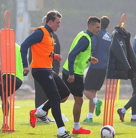 MU sa sut: Mourinho cau cuu Schweinsteiger, Mkhitaryan - Anh 16