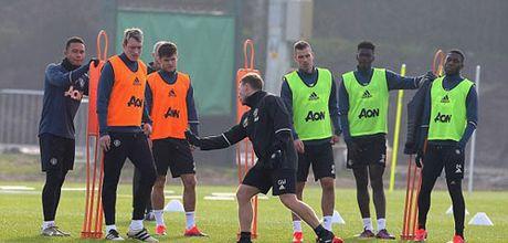 MU sa sut: Mourinho cau cuu Schweinsteiger, Mkhitaryan - Anh 17