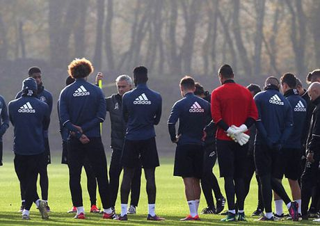 MU sa sut: Mourinho cau cuu Schweinsteiger, Mkhitaryan - Anh 20