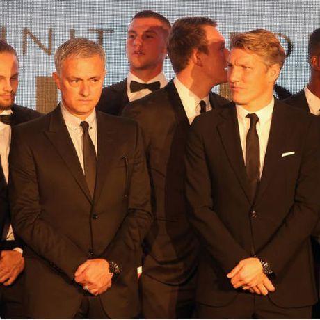 MU sa sut: Mourinho cau cuu Schweinsteiger, Mkhitaryan - Anh 2