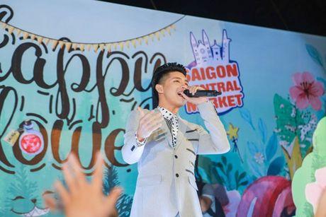 Noo Phuoc Thinh khien fan 'ban loan' giua trung tam Sai Gon - Anh 3