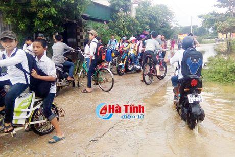 Hon 30 ngan hoc sinh Ha Tinh phai nghi hoc do mua lu - Anh 1