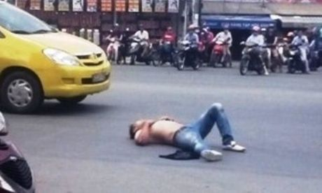 "Con nghien len con ""ngao da"" chan xe lam nao loan Sai Gon - Anh 1"