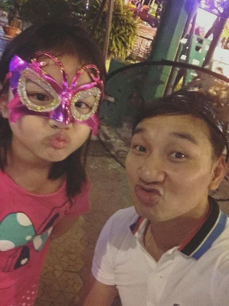 Tin sao Viet moi 1/11: Hoai Linh bi chup trom khi tam, Xuan Bac dung goc cay an che - Anh 10